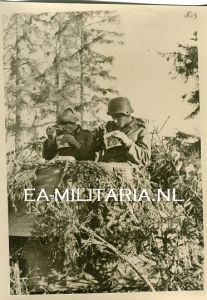 Press Photo of Panzergrenadiere eating Lunch